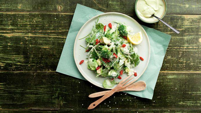 Groene salade met avocado dressing