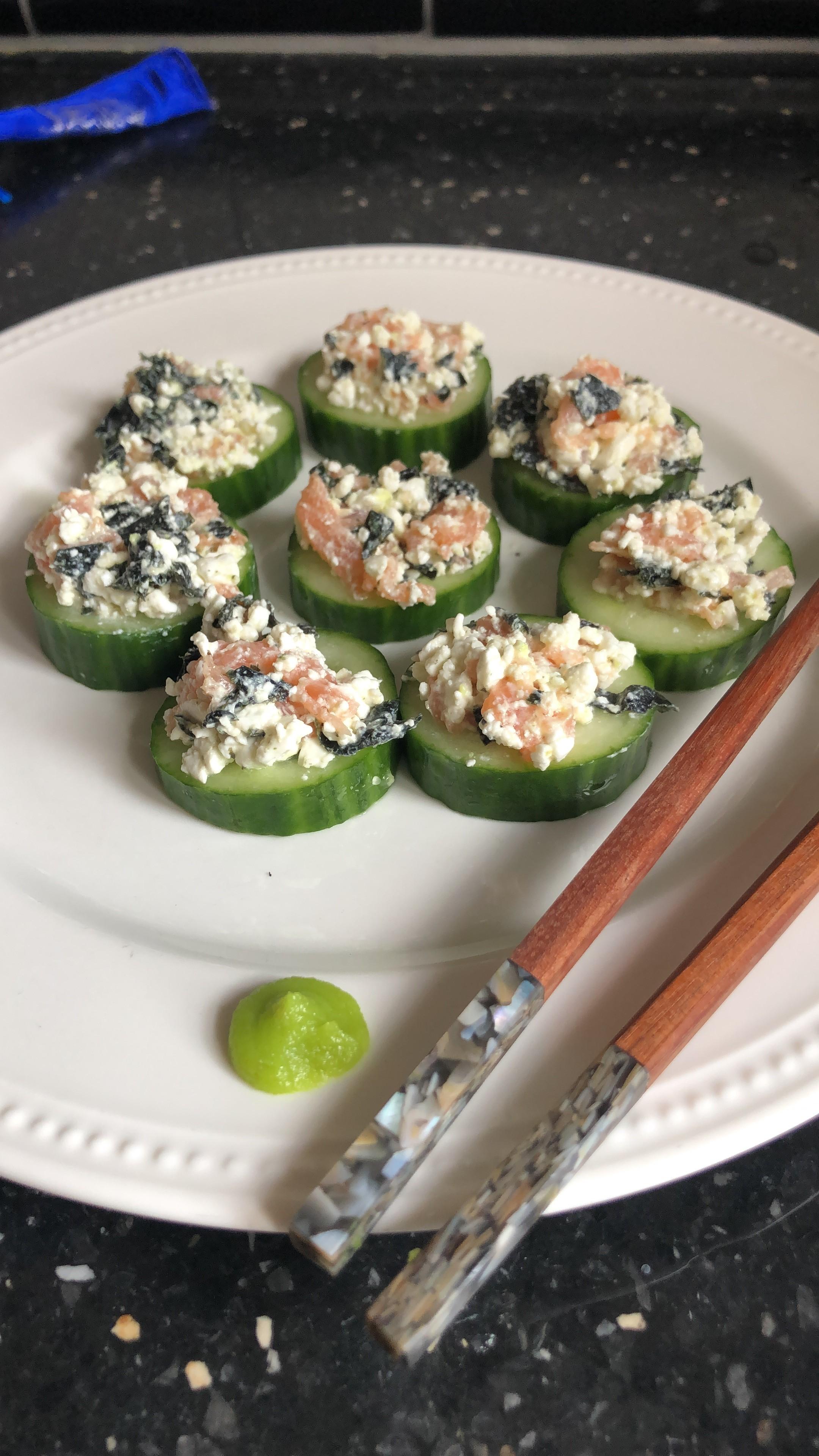 Heerlijke koolhydraatarme komkommer sushi met zalm en huttenkase